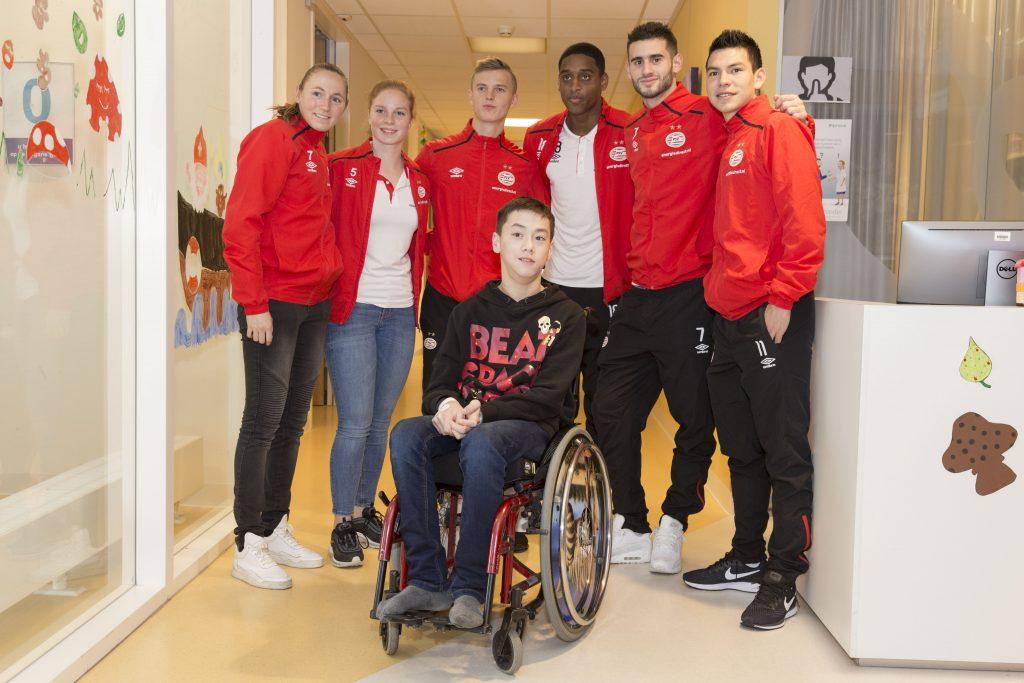 PSV-spelers bezoeken kinderafdeling MMC