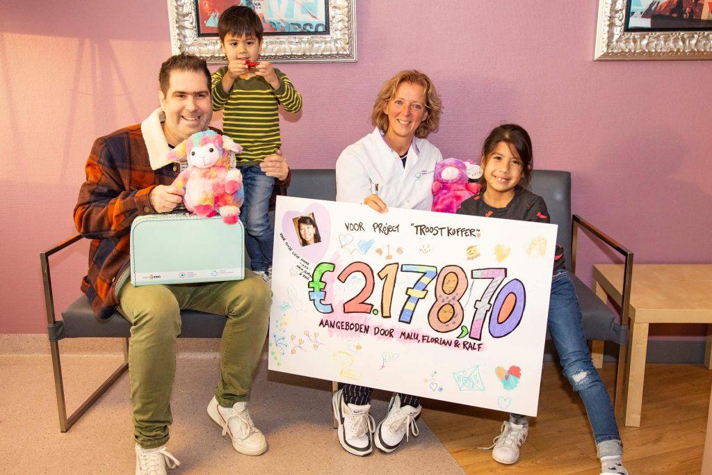 Ralf, Malu en Florian zamelen geld in voor troostkoffers