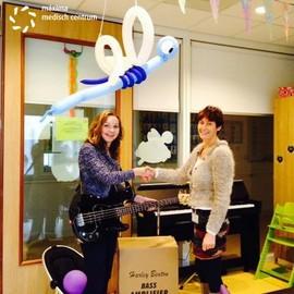 Stichting máxima ontvangt basgitaar voor de kinderafdeling