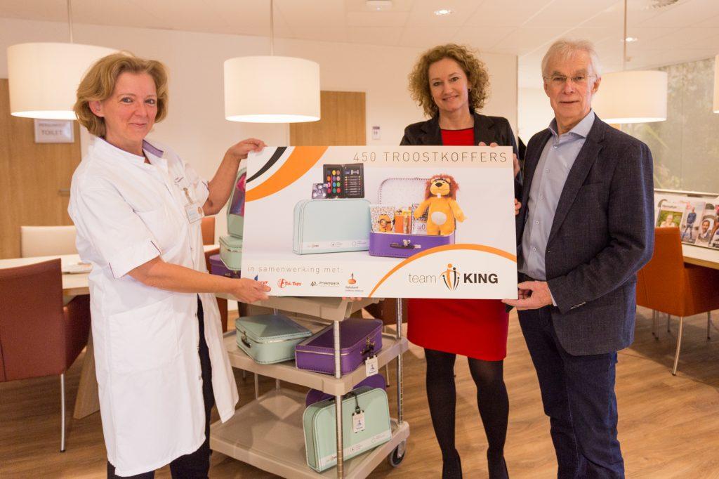 Stichting Team KING schenkt 450 troostkoffers aan MMC
